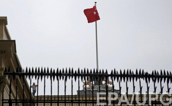 Турецкий флаг на здании консульства Нидерландов в Стамбуле