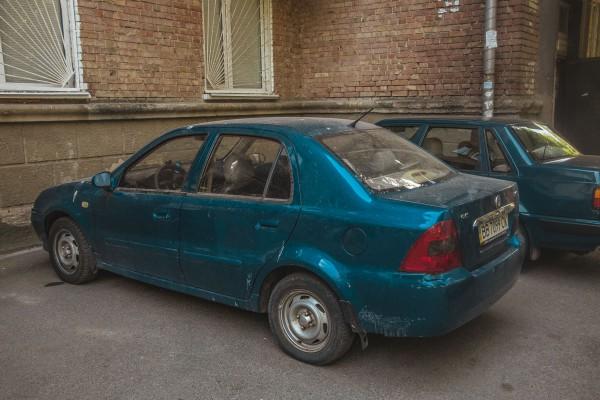 Очевидцы говорят, что автомобиль Geely, припаркованый во дворе, вероятно, принадлежал умершему