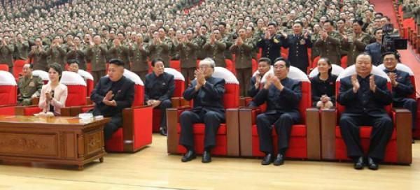 Сестра лидера КНДР - справа во втором ряду