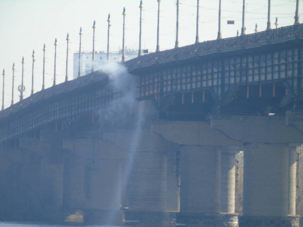 На мосту поврежден тротуар