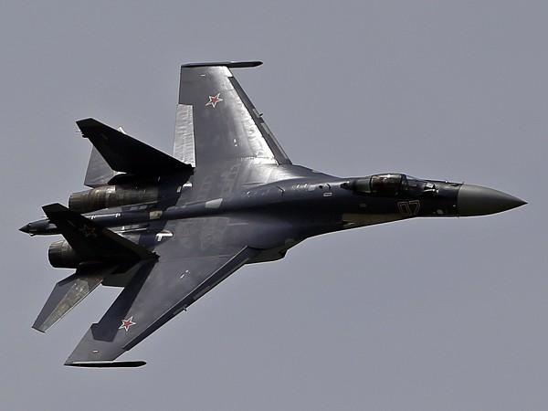 Истребитель Су-35С  выполняет свой демонстрационный полет на 50-м парижском авиасалоне в Ле-Бурже.