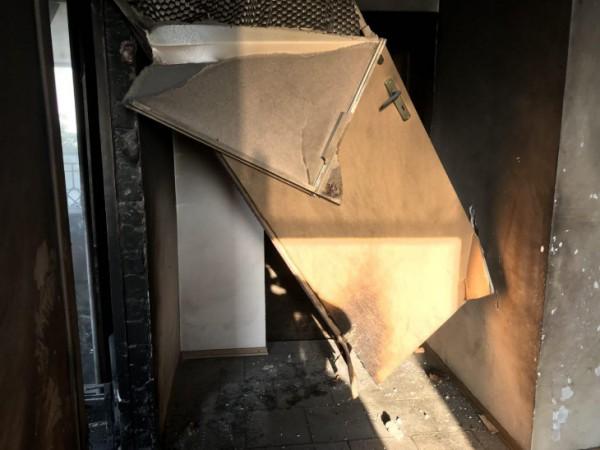 От взрывной волны дверь пробила стену