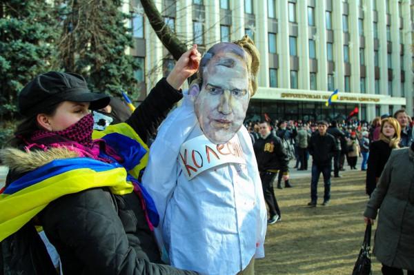 Из здания ОГА вынесли и растоптали портреты Януковича и губернатора Колесникова
