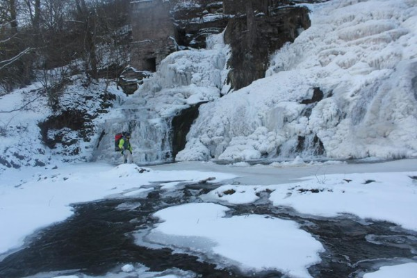 Ледяная корка покрыла почти весь водопад