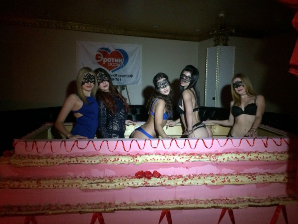 В торте разместились пять танцовщиц