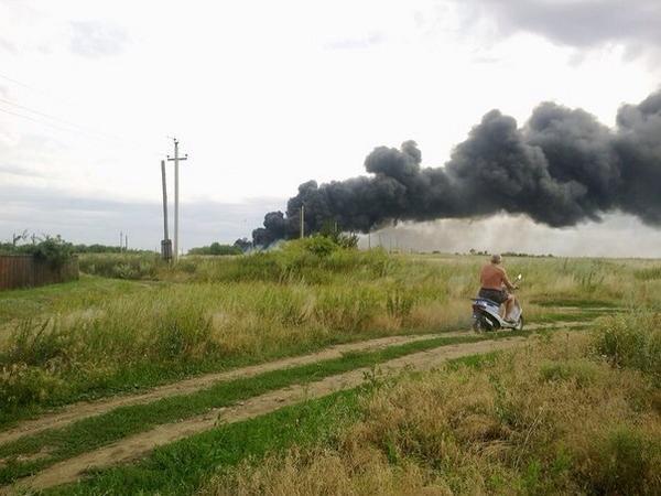 На фото - якобы сбитый в Донецкой области самолет
