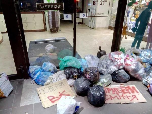 Верник ВК, убери мусор - потребовали те, кто принес под магазин мешки