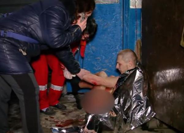 Медики оказали первую помощь поранившему себя мужчине