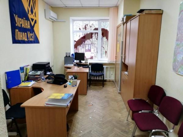 Нападавшие молотком разбили окно офиса