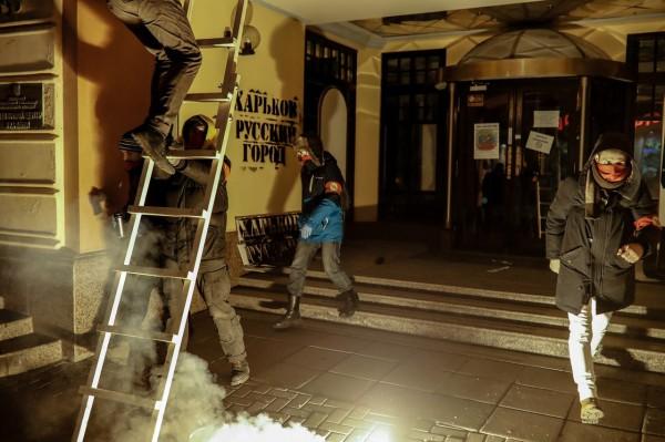 Вцентре столице сожгли украинский флаг. Киев требует наказать виновных