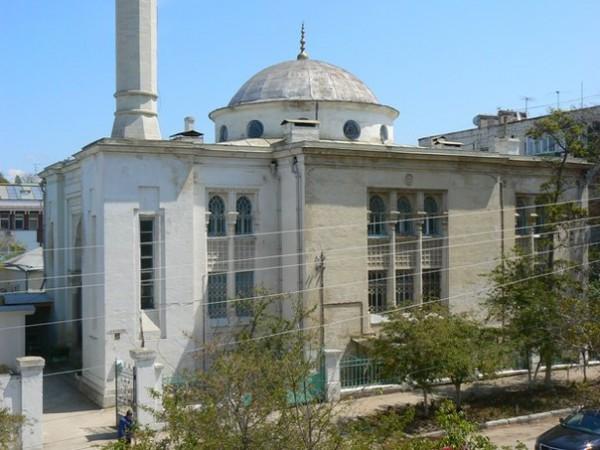 После молитвы в мечети от мусульман требовали документы