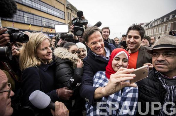 Стычка в Роттердаме не мешает премьеру Рютте делать селфи с мусульманками
