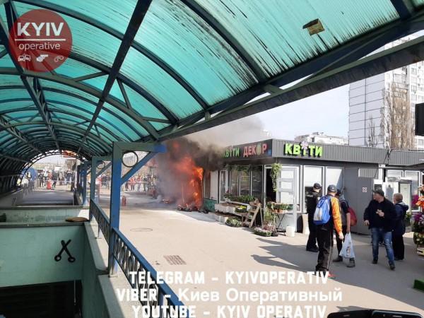Пожар охватил и цветочный магазин