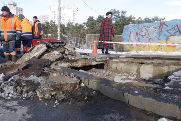 Провал появился над Броварским проспектом около метро Дарница