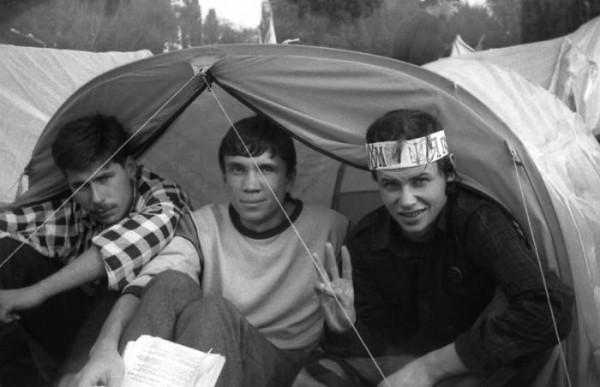 Участники голодовки - студенты из Сум: нынешний народный депутат Украины Олег Медуница (слева), главный редактор газеты Путь победы Виктор Рог (справа).
