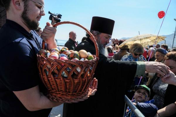 Детям в Крыму раздавали яйца через забор