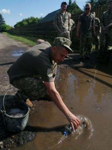Солдаты черпали воду подручными средствами