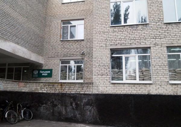 Во время обстрела жилых кварталов в Марьинке пострадала школа