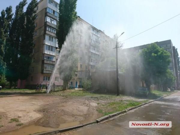 Прорыв водопровода случился во дворе дома по улице Космонавтов