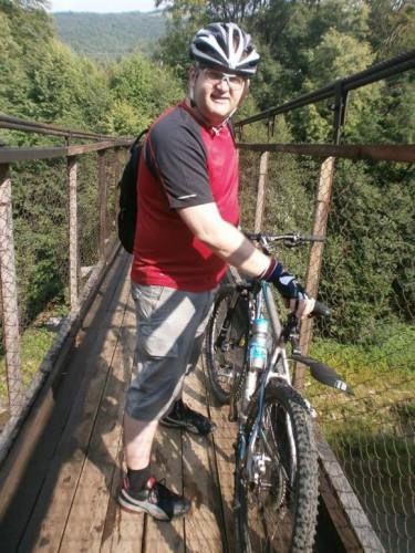 Арьев по горам катается на велосипеде, ловит рыбу и собирает грибы.