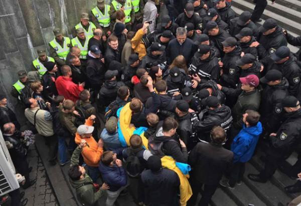 Сотрудники полиции по состоянию на 10:45 проводят переговоры с группой лиц, которые заблокировали вход на территорию парка Вечной славы