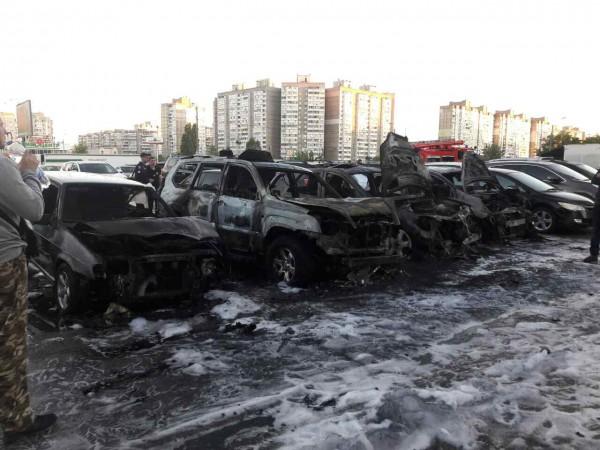 ВКиеве настоянке три автомобиля сгорели на100%, еще 5 повреждены огнём