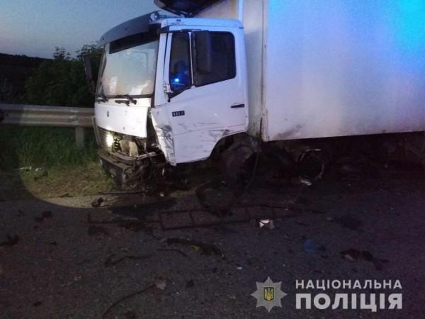 Водитель грузового Mercedes-Benz жив