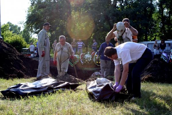 В Славянске извлекают тела местных жителей, которых хоронили террористы
