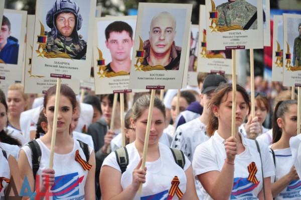 Школьницы с георгиевскими лентами вышли на акцию с портретами