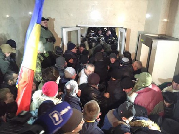 Полиция выходит из здания парламента