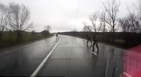 Боевики вышли на проезжую часть и расстреляли машину
