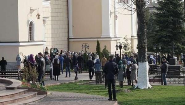 Толпы возле храмов в Черновцах