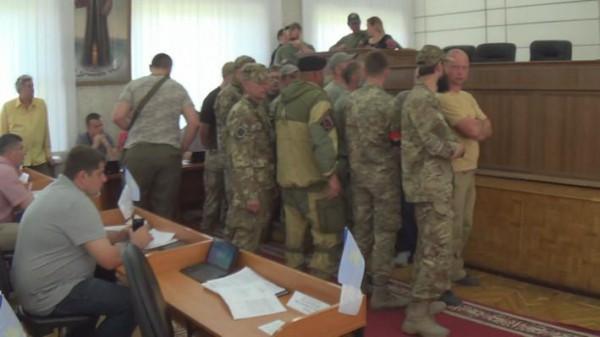 Активисты Правого Сектора подошли к трибуне