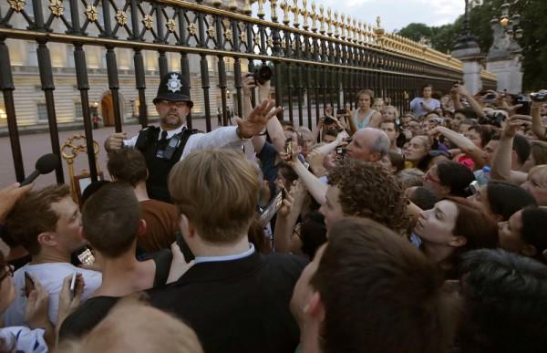 Толпа собралась возле Кенсингтонского дворца, чтобы узнать пол ребенка