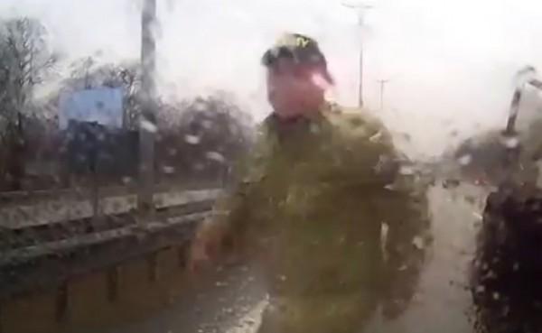 Человек в камуфляже нападает на водителя