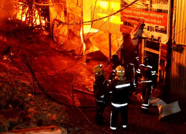 На улице по ул. Дача Ковалевского в Одессе ночью 11 апреля был большой пожар. Пострадал один человек.