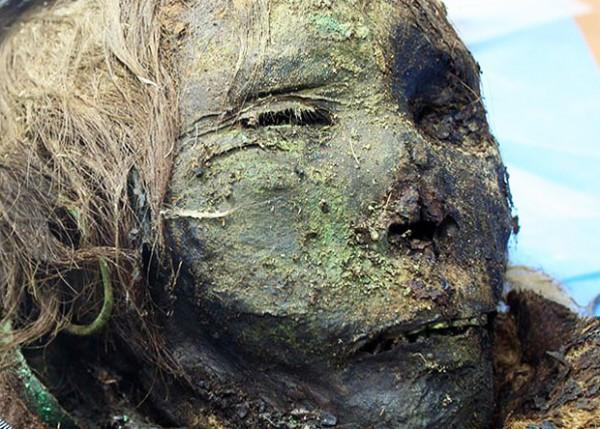 На лице мумии сохранились следы от медной маски.