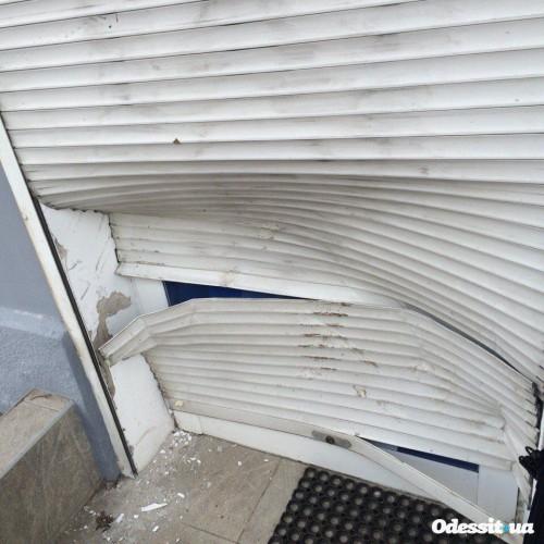 В офисе повреждены роллеты и разукрашены стены