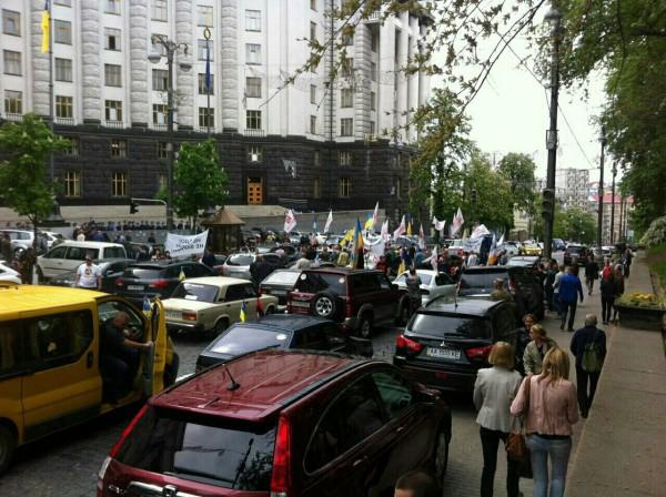 Митингующие также перекрыли движение по улице Грушевского