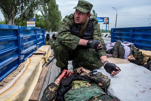 Террористы из батальона Восток забирают убитых