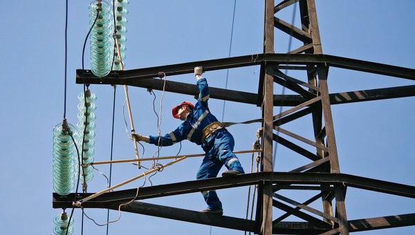Электрики чинят линию Каховка - Титан