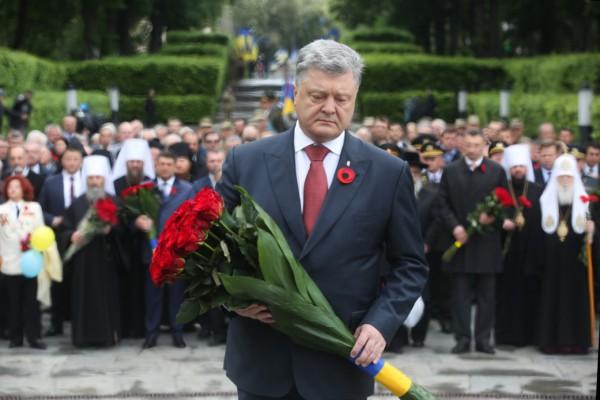 Президент возложил цветы к памятнику