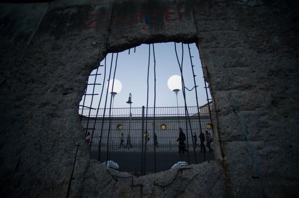 Дыра в остатках Берлинской стены, сохраненных для истории