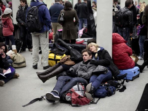 Пассажиры Евростара в ожидании своего поезда 18 декабря 2009 года