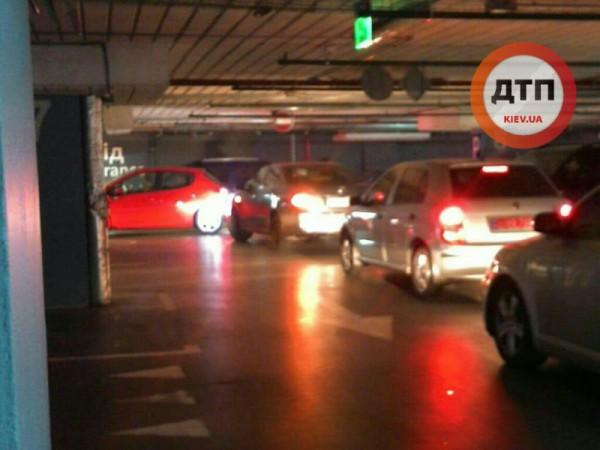 На парковке скопилась очередь из желающих покинуть ТЦ