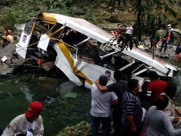 В Мексике упал в реку автобус с футбольной командой
