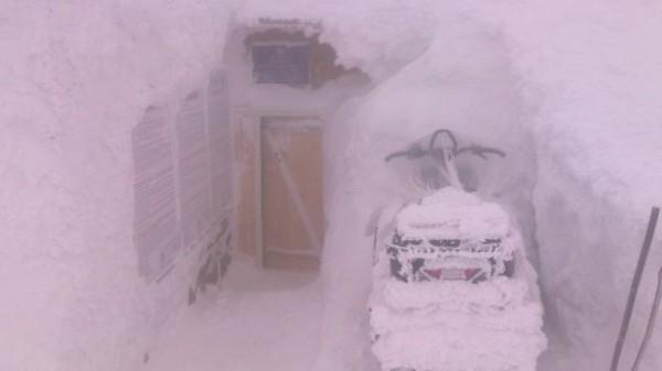 Ситуация на горе Поп Иван по состоянию на 10 марта: облачно, мелкий снег, видимость ограничена до 20м, ветер западный 14м/с, температура воздуха -4С