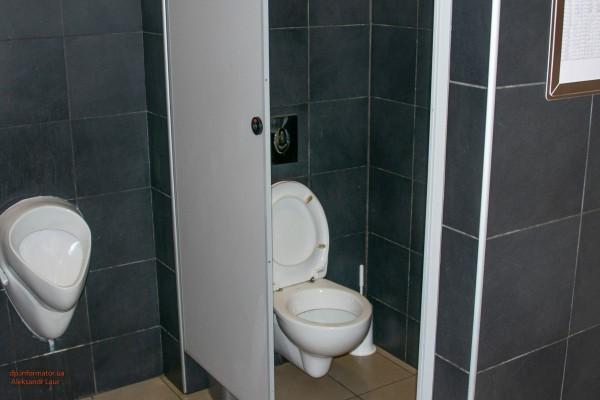 Посетители нашли окровавленного мужчину в туалете