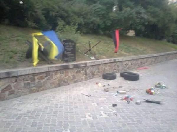 Мемориал был установлен в Киеве 2 марта 2014 года