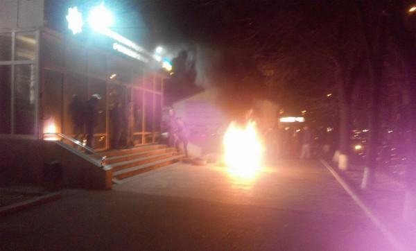 Активисты подожгли шины